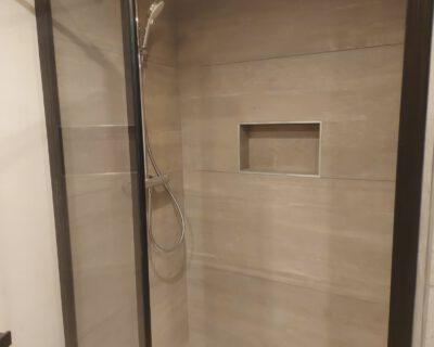 Réno-Home optimise au mieux vos espaces pour créer une salle-de-bain sur mesure.